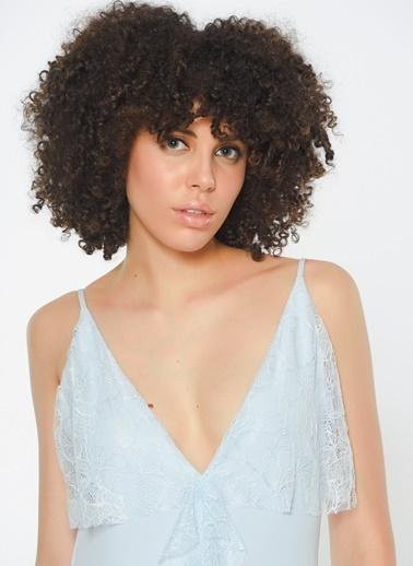 Zeynep Ökmen Önde Ve Yırtmaç Kenarında  Dantel Detaylı Askılı Sırtı Açık Uzun Gece Elbisesi Mavi